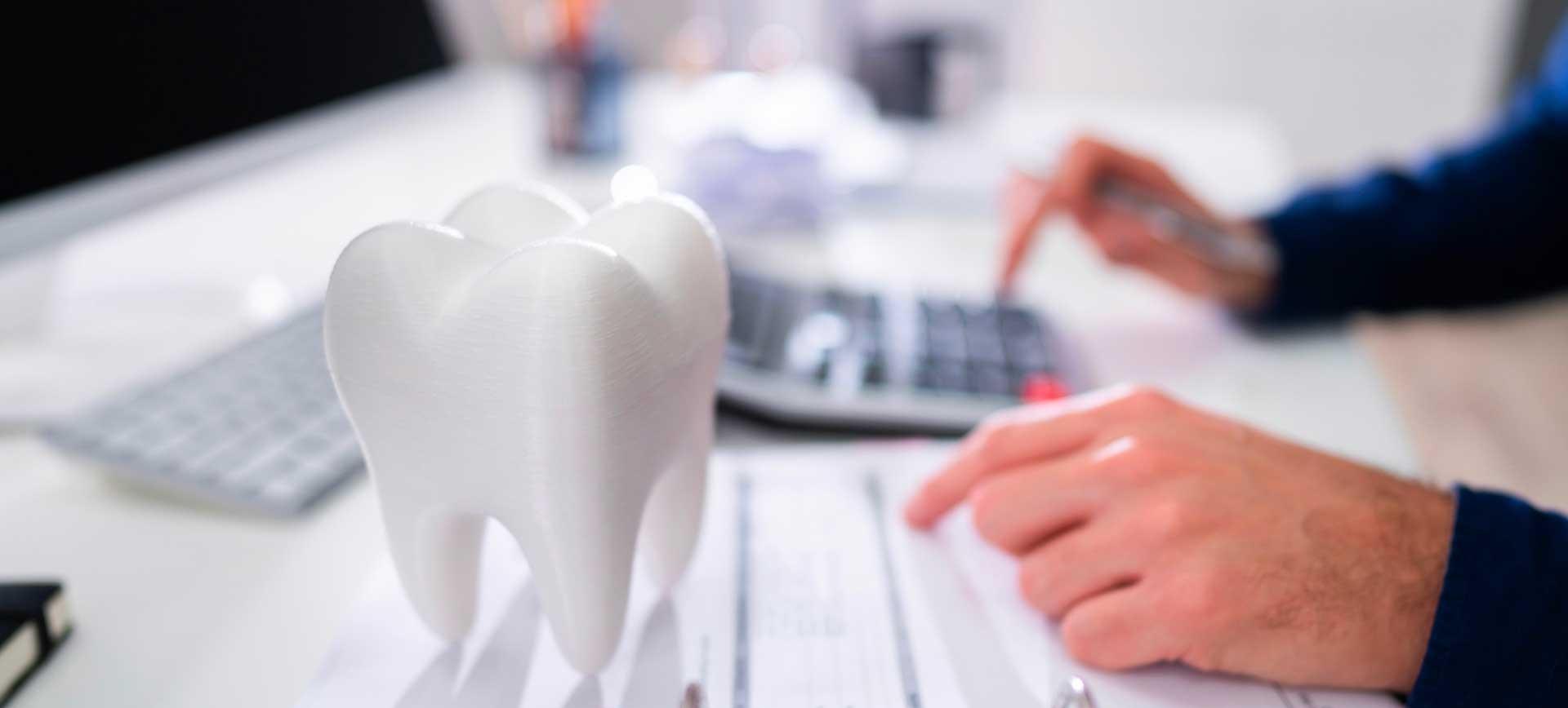 Un dentiste qui travaille à son bureau