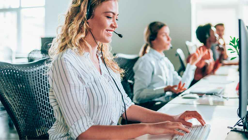 Une femme qui travaille sur son ordinateur