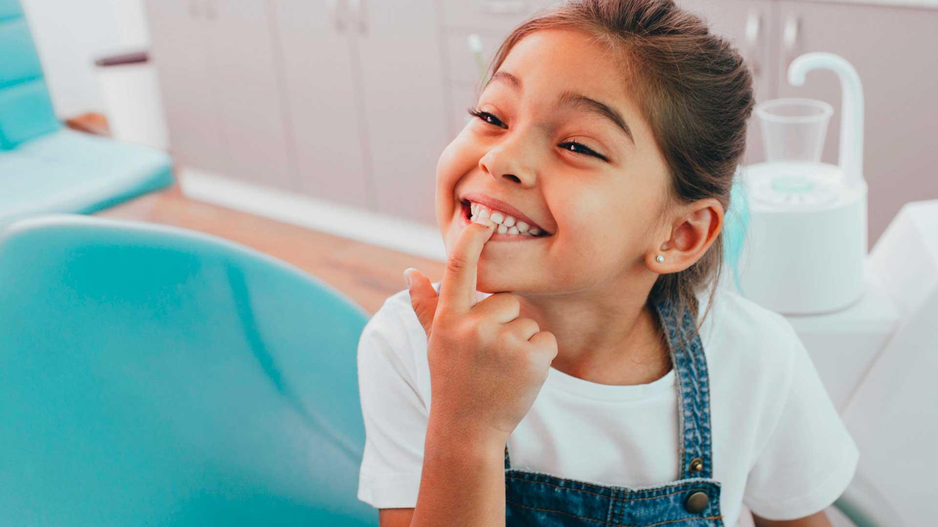 Une enfant qui montre ses dents