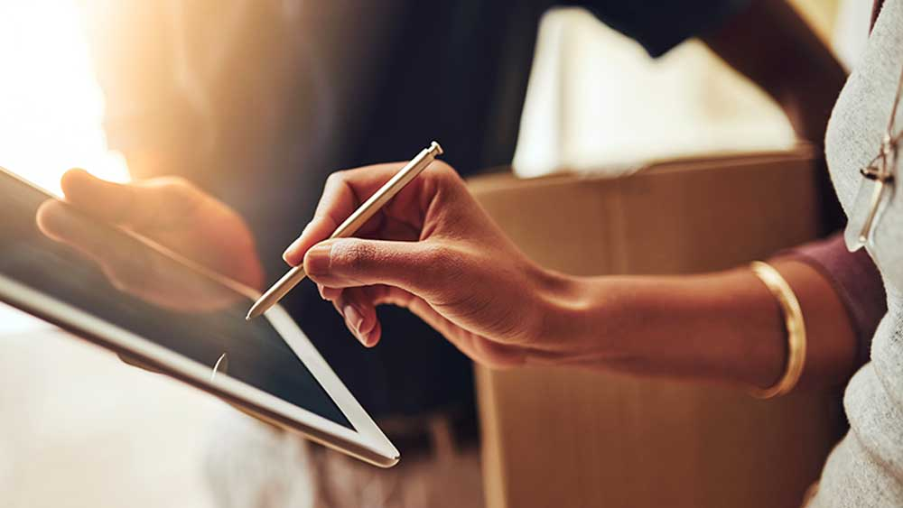 Une personne avec une tablette
