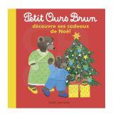 Petit ours brun découvre ses cadeaux de Noël